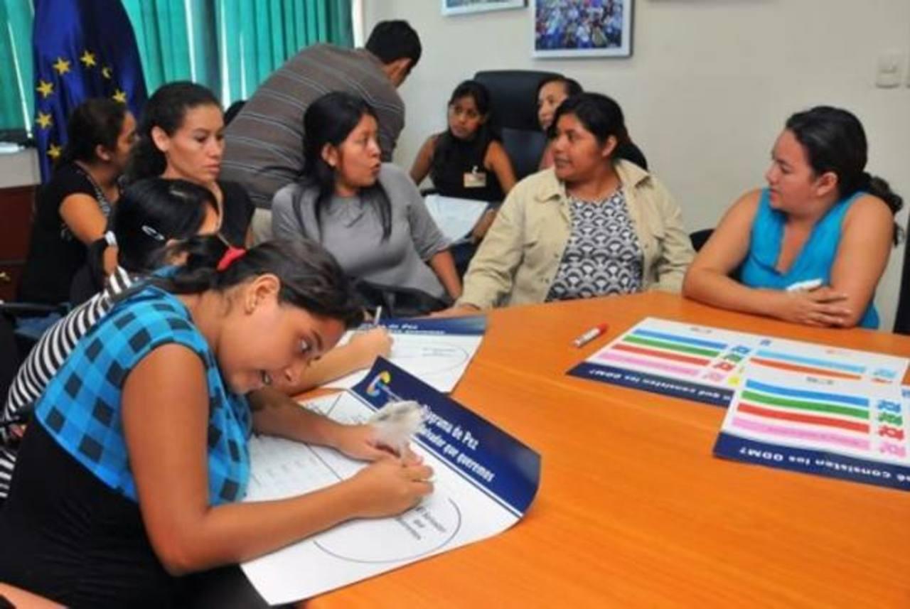 """Los Objetivos de Desarrollo Sostenibles (ODS) servirán para sustituir los Objetivos de Desarrollo del Milenio que vencen este 2015. El PNUD en El Salvador se sumó a la consulta internacional """"Agenda Post-2015"""" para aportar a la creación de los ODS."""