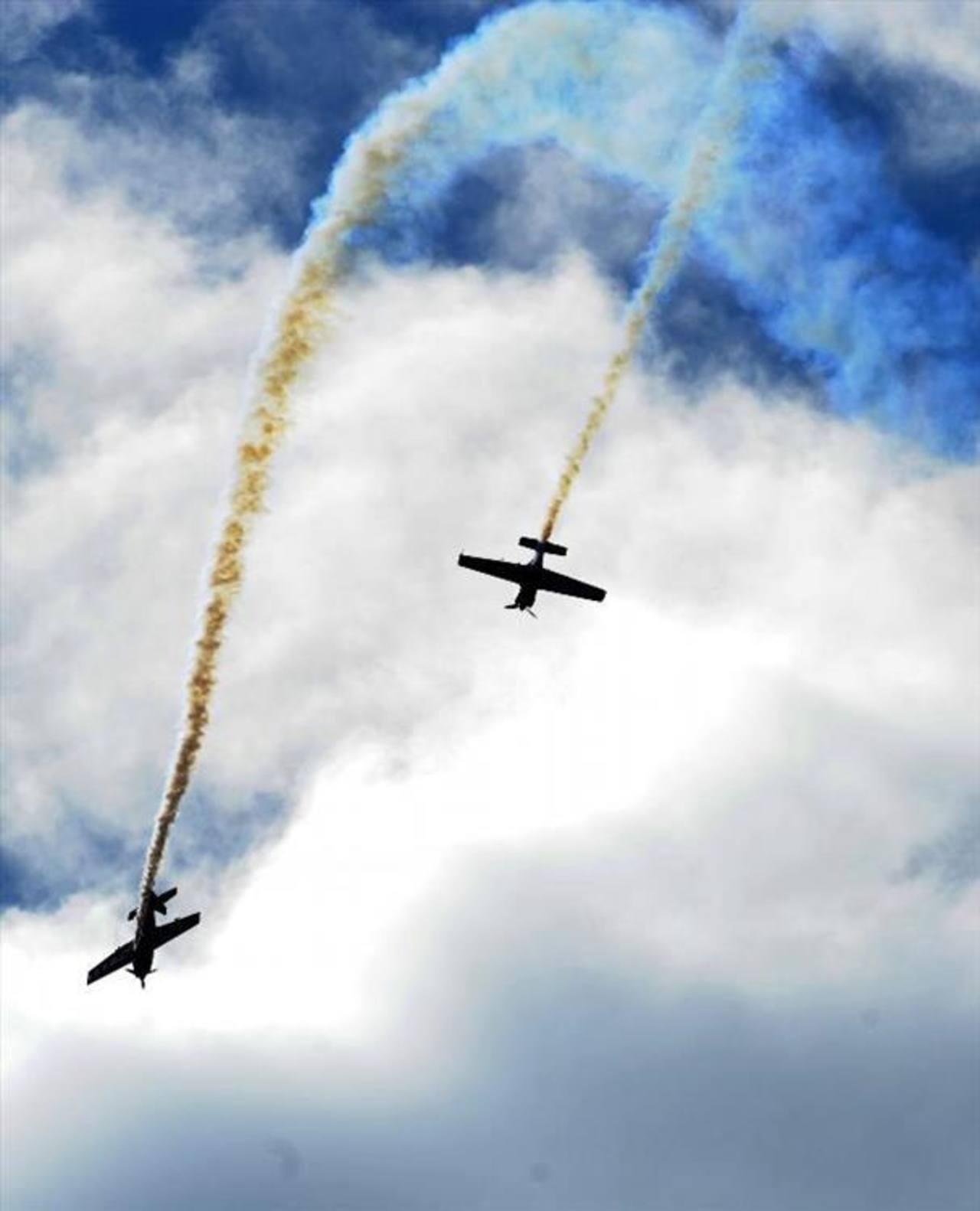 Cae avioneta militar durante acrobacia