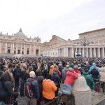 Ayer durante el rezo del Ángelus, en la Plaza San Pedro. FOTO EDH / efe