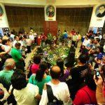 Numerosos fieles visitaron la tumba de monseñor Romero para conmemorar el día de su muerte. Fotos edh / René Quintanilla
