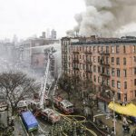 Bomberos trabajan para extinguir el fuego de un edificio que colapsó ayer en la parte baja de Manhattan en N. York. foto EDH /EFE