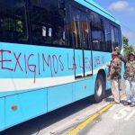 Veteranos de guerra mancharon nuevamente las unidades del Sitramss durante la protesta de este 16 de junio.