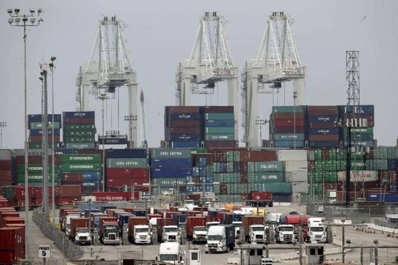 """Camiones de carga hacen fila para ingresar al puerto de Long Beach, California. El Senado de EE.UU. concedió al Ejecutivo la llamada """"vía rápida"""" para negociar tratados comerciales como el Acuerdo de Asociación Transpacífico (TPP, por su siglás en in"""
