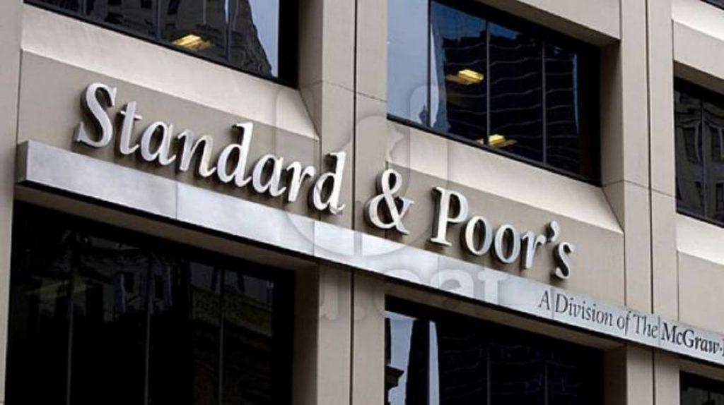 Standard & Poor's advirtió que podría bajar la calificación crediticia a Gran Bretaña en algún momento de los próximos dos años ante la decisión del gobierno de someter a referendo la permanencia del país en la Unión Europea.