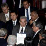 El presidente del Congreso de Guatemala, Luis Rabbé (centro), muestra la carta de renuncia de la vicepresidenta. foto edh /EFE