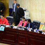 Sandra Salgado (de verde) no votó por el préstamo en la primera discusión. Dos horas después la sustituyeron . FOTO EDH