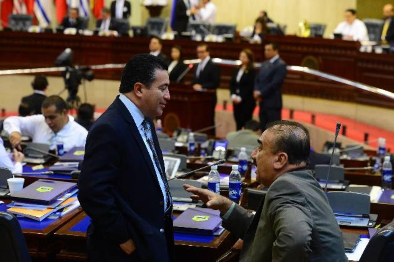 En la imagen se observa conversando a los diputados de ARENA, René Portillo Cuadra (izquierda) y a Donato Vaquerano (derecha). / FOTOS EDH/ Omar Carbonero