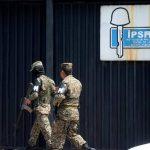 Soldados custodian el edificio central del Instituto de Previsión Social de la Fuerza Armada (IPSFA).