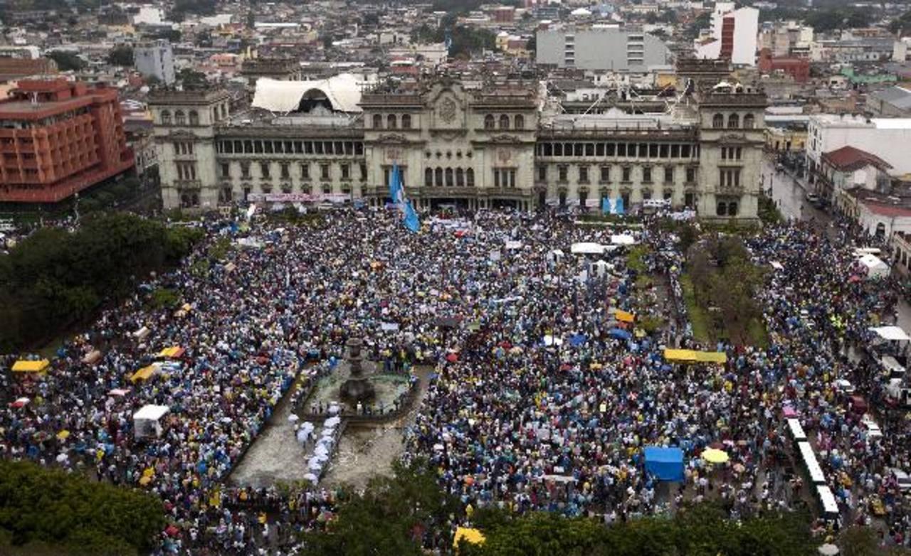 Miles exigieron ayer la renuncia del presidente de Guatemala, Otto Pérez Molina, fuera del Palacio Nacional. foto edh / APCientos de cristianos se reunieron ayer en el Centro Histórico de Guatemala para orar por el fin de la corrupción. foto edh /EFE