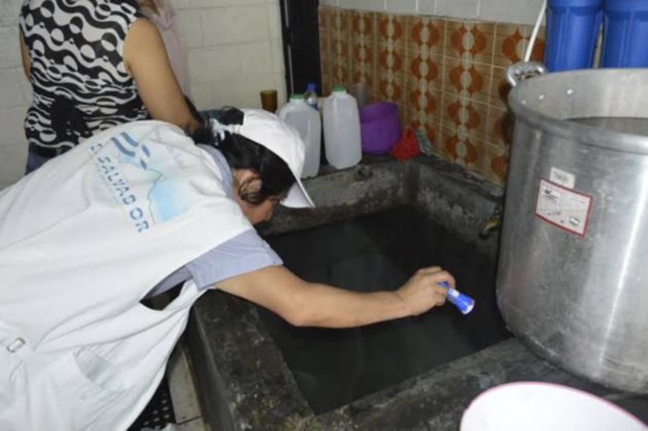 La campaña incluye lavado de pilas y todo tipo de recipientes con agua en los que se pueda reproducir el zancudo. foto / cortesía