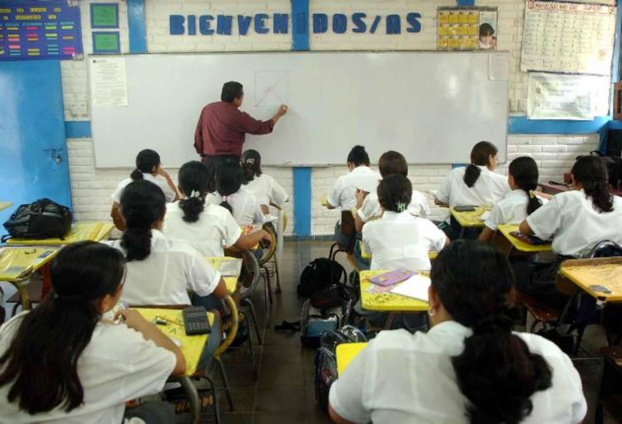 Más de 43 mil docentes que laboran en el sistema educativo público recibirán el incremento de cinco por ciento, según decreto legislativo. Foto EDH / ARCHIVO