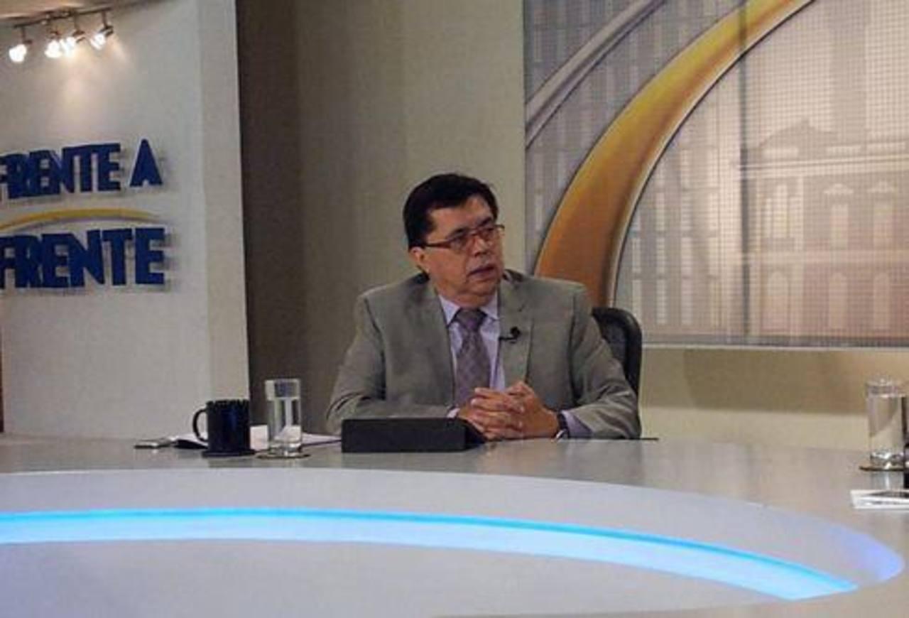 El secretario Técnico de la Presidencia, Roberto Lorenzana, durante una entrevista televisiva.
