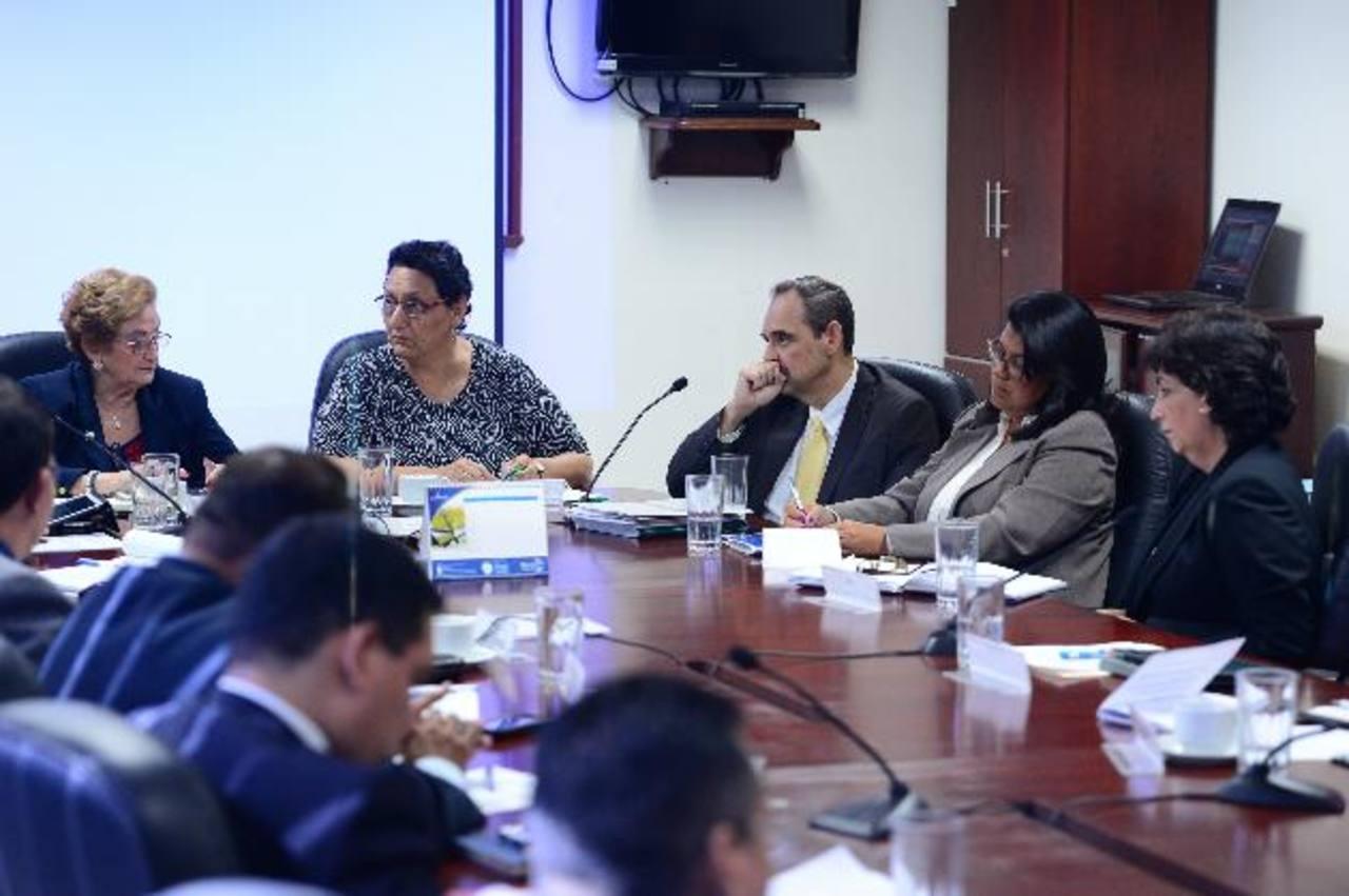 Representantes de Asafondos y el Superintendente del Sistema Financiero llegaron a la Comisión de Hacienda para exponer su punto de vista sobre la tasa de interés. Foto EDH/Jorge Reyes