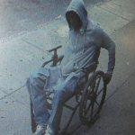 En esta imagen, tomada el 29 de junio de 2015, proporcionada por el Departamento de Policía de Nueva York, un hombre en silla de ruedas se da a la fuga tras atracar una sucursal de un banco.