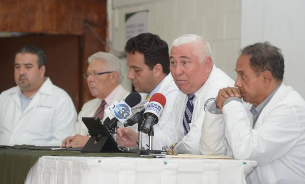 Médicos del hospital Rosales acompañaron a los representantes del Colegio Médico. foto edh / leonardo gonzález