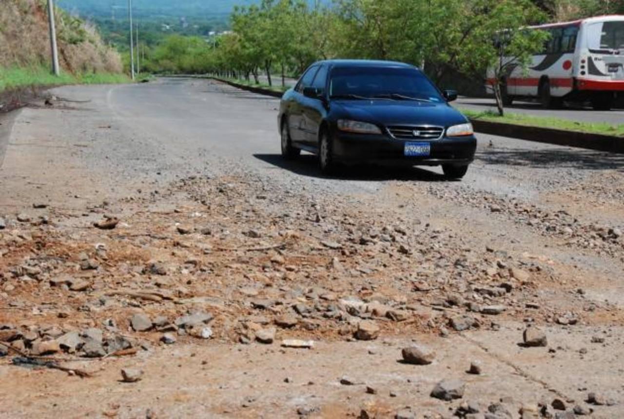 Conductores temen que se generan accidentes en la carretera por los derrumbes. Foto EDH / Insy Mendoza