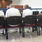 Los imputados permanecieron esposados de pies y manos durante la vista pública en los tribunales. Foto EDH