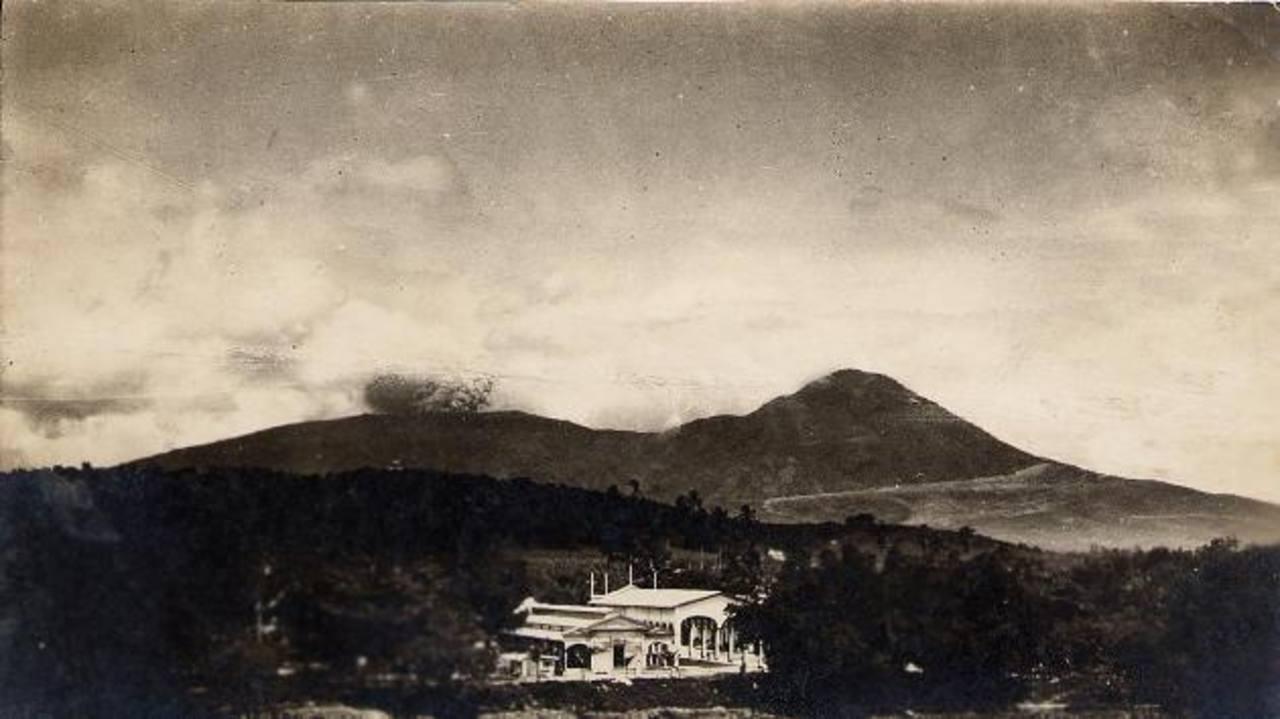 Desde diferentes puntos de la ciudad se observaban las columnas de humo y cenizas que arrojó el volcán de San Salvador durante la erupción que ocurrió el 7 de junio de 1917. Un terremoto a eso de las 6 de la tarde fue el preludio de esta catástrofe n