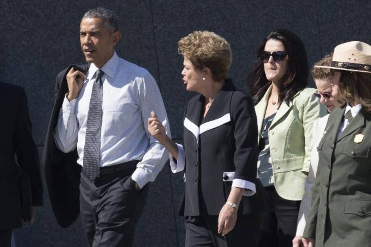 El presidente de los Estados Unidos, Barack Obama (i), habla con la presidenta de Brasil, Dilma Rousseff (c), durante una visita al Monumento a Martin Luther King Jr., en Washington. foto edh / efe