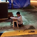 Imagen de niño estudiando en la calle impresiona en redes sociales