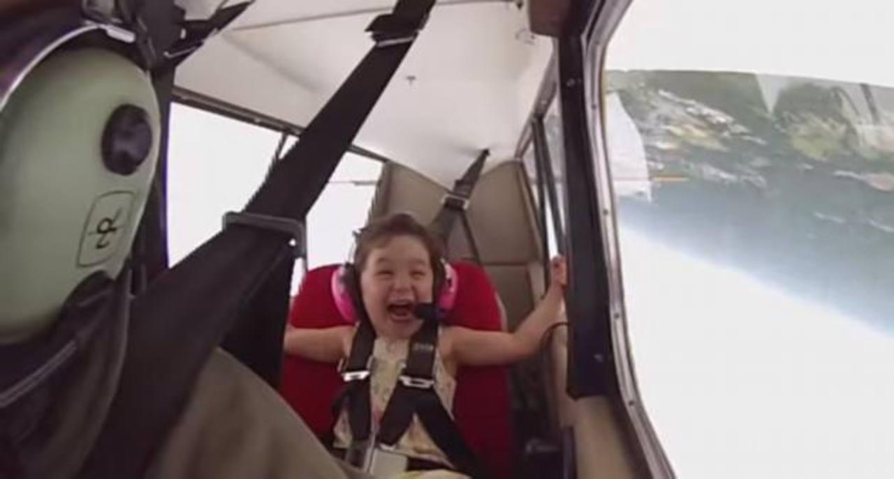 VIDEO: La reacción de una niña en un avión acrobático se vuelve viral
