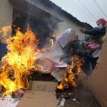 Sujetos enmascarados y parientes de los 43 estudiantes desaparecidos queman material electoral en Tixtla, Guerrero. foto edh / AP