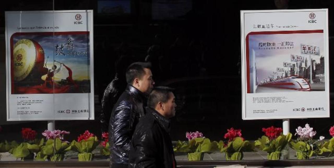 Dos hombres pasan frente a una sucursal del banco chino ICBC en Madrid, en esta foto de archivo. El ICBC encabeza la lista de las empresas más valiosas del mundo que la revista Forbes publicó hoy.