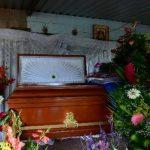 Familiares velaban ayer al agente Adán Servellón Benavides, de 37 años, quien será enterrado hoy en Huizúcar. Deja en la orfandad a cuatro hijos. Foto EDH .