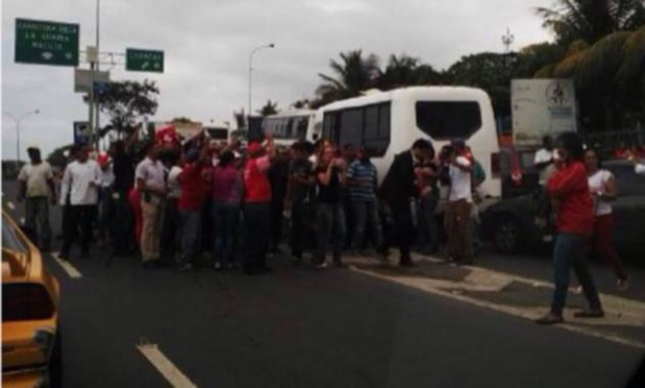 Los senadores brasileños no pudieron ver a los presos políticos. Una turba chavista los bloqueó. foto edh / twitter.com/liliantintori