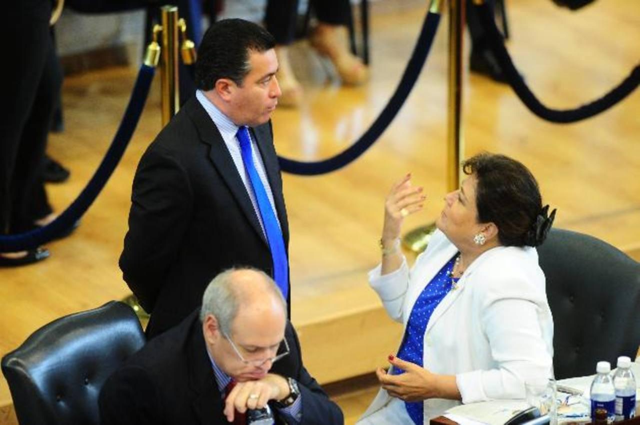 El diputado René Portillo Cuadra, de ARENA, conversa con su colega de fracción, Margarita Escobar. Foto EDH / René Quintanilla