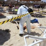 Un policía examina a dos víctimas del ataque terrorista en uno de los hoteles de Susa, Túnez, luego que hombres armados atacaran indiscriminadamente a los turistas. Foto EDH / EFE