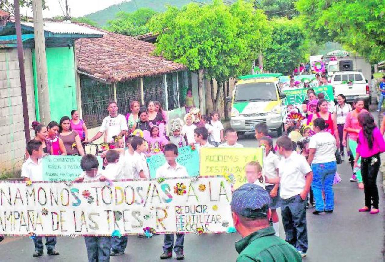 Estudiantes, padres de familia y docentes de escuelas públicas y otros voluntarios participaron en el desfile. Foto EDH / cortesía.