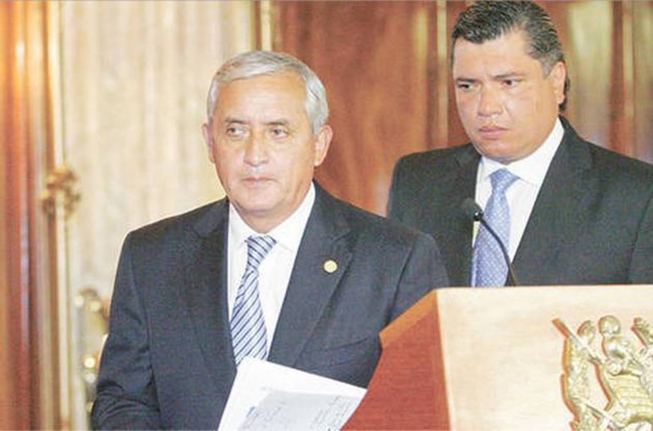 El presidente de Guatemala, Otto Pérez Molina, junto a su yerno Gustavo Martínez, quien fungía como su secretario general. foto tomada del periódico Siglo 21