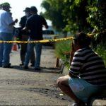 Procesan escena donde fue encontrado el cadáver del taxista Geovany David Cantarero de 29 años. Foto EDH / MARLON HERNÁNDEZ