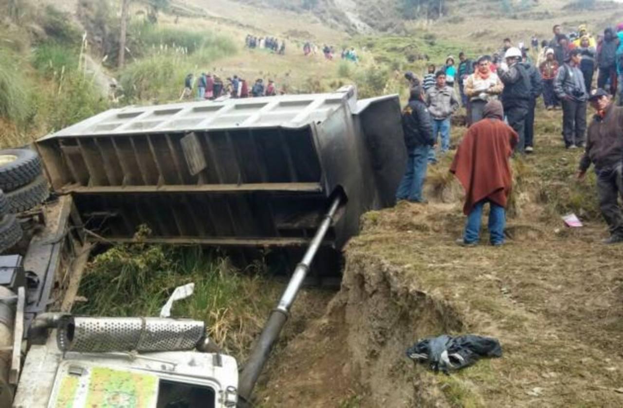 Mueren 17 al caer vehículo a un abismo en Perú