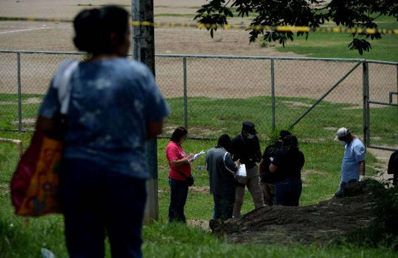 Escena de un homicidio en cancha de colonia Popotlán II de Apopa, ayer por la mañana. Foto EDH / Marlon Hernández