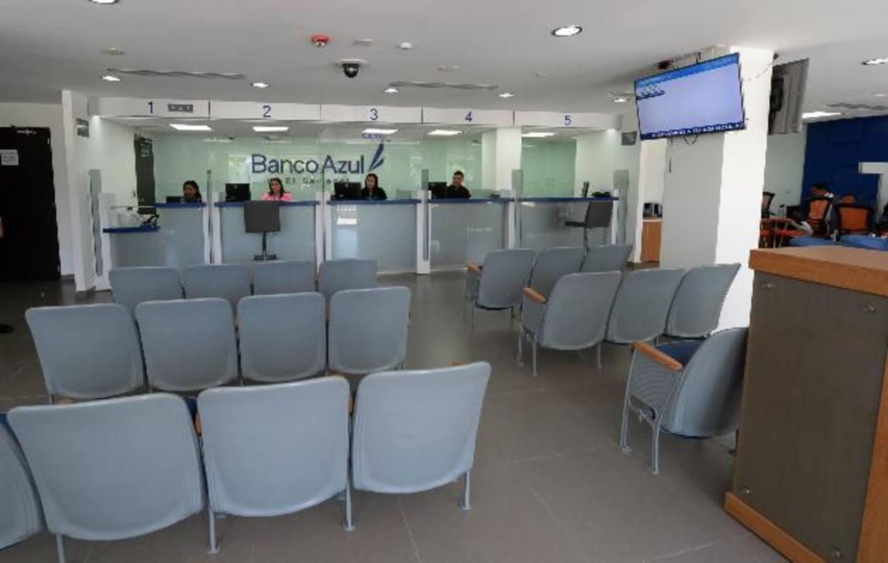 La primer sucursal de Banco Azul se encuentra en la alameda Manuel Enrique Araujo y la avenida Olímpica. foto edh / hUBER ROSALES