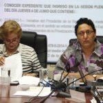 Lorena Peña, presidenta de la Asamblea (der.) ha alegado que los asesores no pueden cobrar dos salarios y tener dos cargos, pero sí cobrar dietas en las alcaldías.