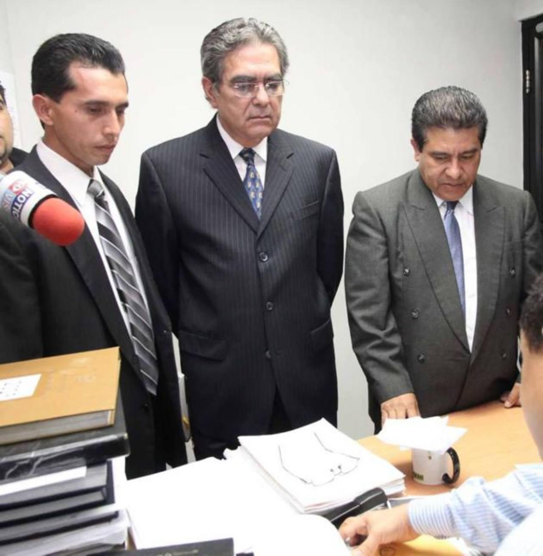 El exministro de Obras Públicas, David Gutiérrez (centro), es acusado de estafa agravada. Foto EDH / Archivo