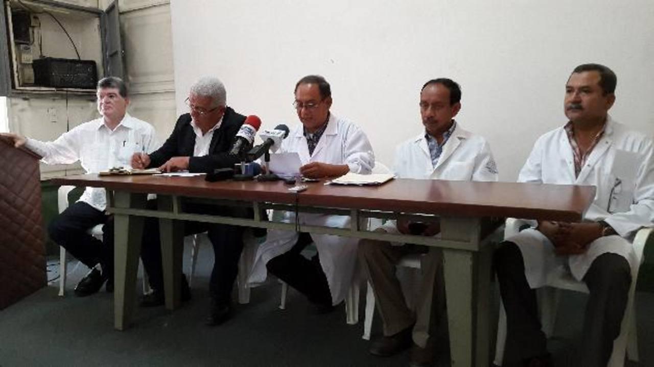 Alcides Gómez junto a miembros del sindicato de médicos del hospital Rosales. Foto EDH / ARchivo