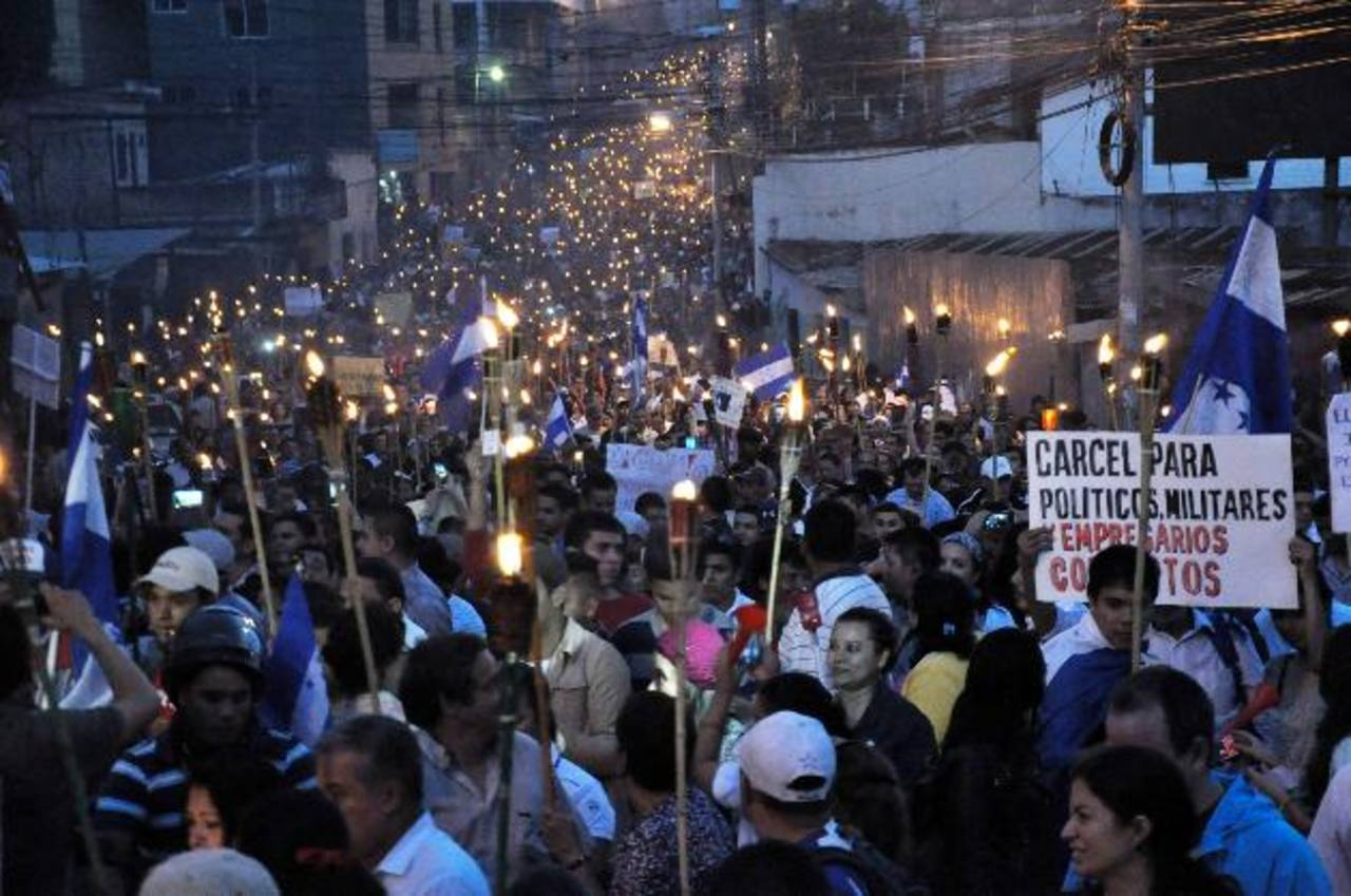 Hondureños marchan con antorchas por las calles de Tegucigalpa en contra de la corrupción y la impunidad. fotos edh /EFE