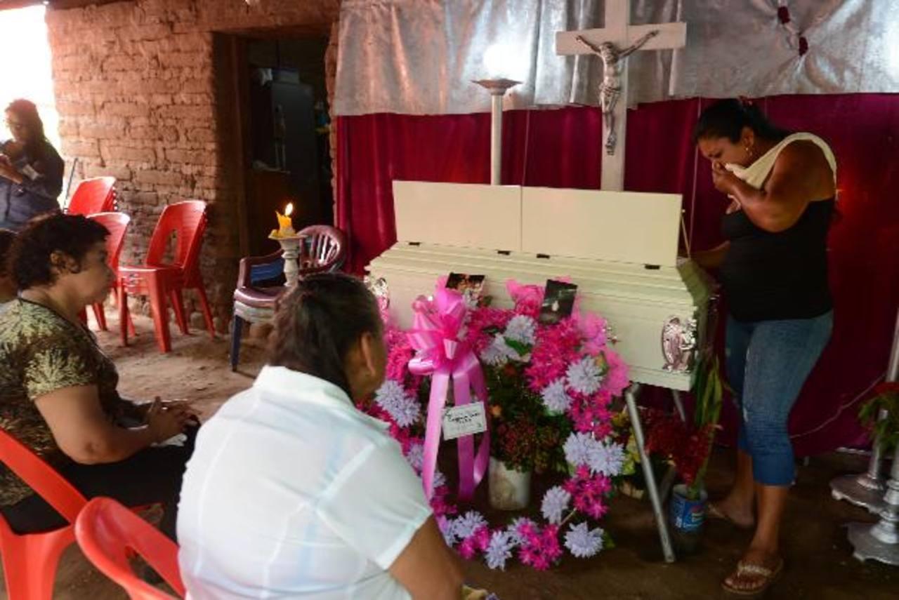 La pequeña de seis años, que fue asesinada en Tecoluca, fue enterrada ayer por su familia.