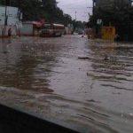 Desbordamiento de río Platanitos inundó calles y viviendas de Santa Inés Petapa, informó la Coordinadora Nacional para la Reducción de Desastres (Conred).