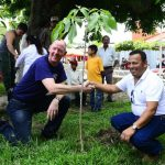 Bernhard Garside, embajador de Gran Bretaña; junto a René Molina, alcalde de San Rafael Cedros. Foto edh / René Estrada