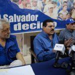 Ciro Cruz Zepeda (centro) y dirigentes del antiguo PCN en la sede central. foto edh / jaime anaya