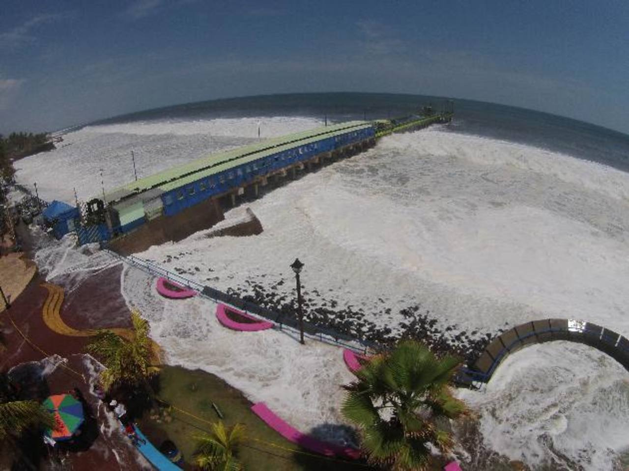 El 2 de mayo la costa salvadoreña fue impactada por olas de entre 2 y 3 metros de altura y velocidades de entre 50 y 70 kilómetros por hora. Foto EDH / Archivo
