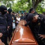 El agente de la PNC asesinado en calle a Huizúcar fue sepultado ayer con honores. Foto EDH / Jaime Anaya.