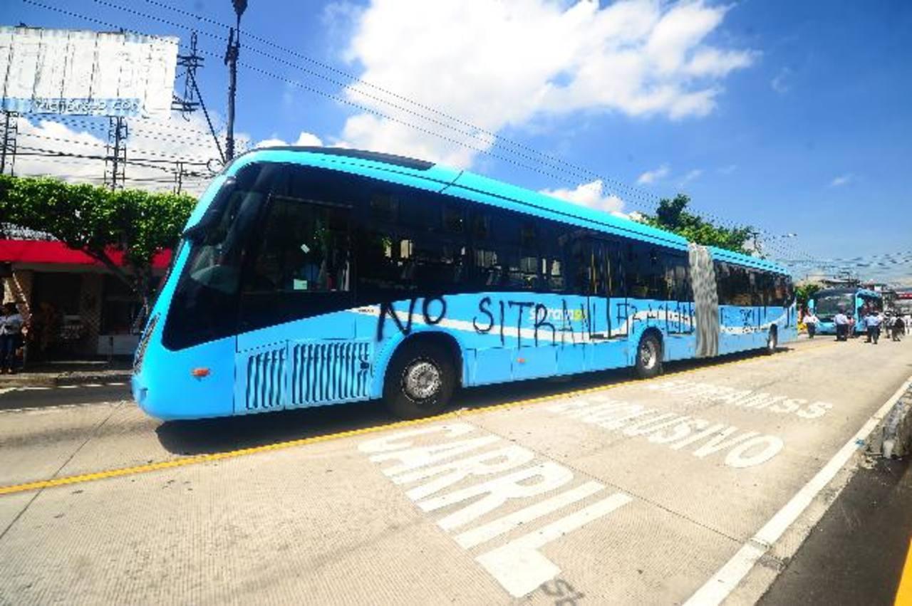 Ayer en la mañana, algunos buses del Sitramss fueron manchados por un grupo de veteranos de guerra, que realizaban una marcha hacia la Asamblea Legislativa y bloquearon el servicio. Foto EDH / RENÉ QUINTANILLA / MAURICIO PINEDA