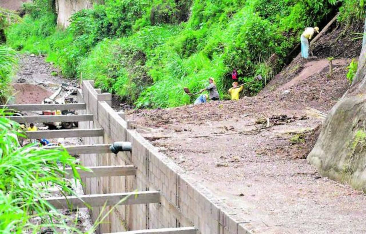 Gran parte de las estructuras ejecutadas son para evitar deslaves y erosión que afecten la vía. Fue construida una canaleta de 112 metros de largo. foto edh / iris lima