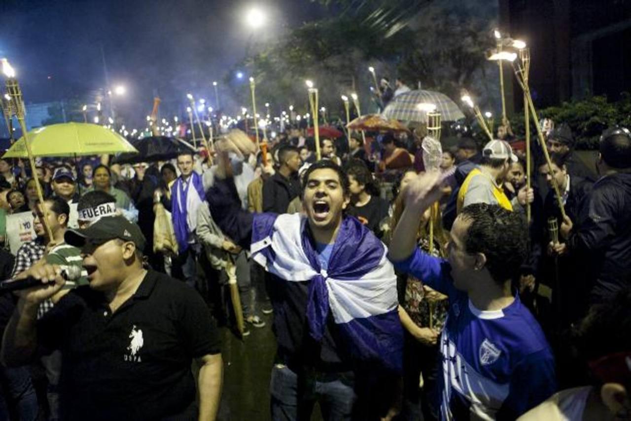 """En las últimas semanas se han producido masivas manifestaciones en Honduras, llamadas """"marchas de las antorchas"""", que piden la renuncia del gobierno . foto edh / efe"""